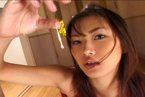 Mai Kuramoto plays with come
